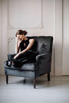 Фотосессия девушки в интерьерной студии