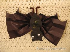 Bat craft with cute tissue paper wings We could make a ditto on card stock for the body. Kiddos color, cut out, glue on pieces.and super cute! Halloween Crafts For Kids, Halloween Art, Holidays Halloween, Toddler Halloween, Halloween Activities, Holiday Activities, Learning Activities, Kids Learning, Autumn Crafts