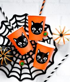 Make DIY Halloween Party Cups with Cricut Vinyl and Martha Stewart Black Cat image in just a few minutes for your Trick or Treat Party - Pineapple Paper Co. Diy Halloween Shirts, Halloween Cups, Halloween School Treats, Halloween Countdown, Halloween Projects, Diy Projects, Halloween Ideas, Halloween Designs, Halloween 2019