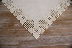 Hardanger nórdico único y fino bordado de servilleta Esta pieza central era la mano cosida mi madre en material de lino beige con beige algodón de perle DMC. Las medidas son de 12,4 x 12,4 (31,5 x 31,5 cm). El tapete adapta a todos los estilos muebles y se ve muy decorativo en una mesa de café o mesita de noche. Si estás buscando un regalo para alguien que es difícil encontrar cosas para, este tapete sería una elección perfecta! Pieza hecha a mano con orgullo y viene de un ambiente libre ...