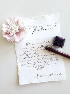 Minne som tas vare på hele livet! Gi forloveren din følelsen av å virkelig være verdsatt ved å gi et unikt brev med en håndlaget blomst, når du skal spørre om hun vil være forloveren din. Teksten velger du selv, eller du kan bruke den vakre teksten som er standard design. (Vi endrer selvsagt navnet...) Brevet er ca A5 str, blomsten sitter fast på brevet og lukkes med et delikat organzabånd bånd. Brevet er trykket på et kraftig akvarellpapir i høy kvalitet, med håndlagede kanter.