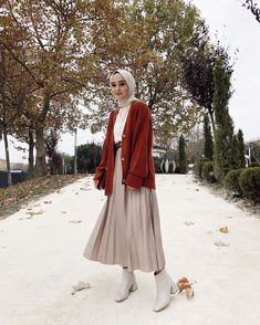 Muslim Fashion 693061830144339127 - Travel Outfit Winter Hijab Source by Modern Hijab Fashion, Street Hijab Fashion, Tokyo Street Fashion, Hijab Fashion Inspiration, Muslim Fashion, Modest Fashion, Fashion Ideas, Fashion Quotes, Hijab Look