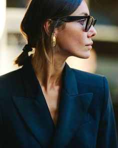 "173 gilla-markeringar, 2 kommentarer - World Wide Bonanza (@worldwidebonanza) på Instagram: ""INSPO. Short hair, chic sunglasses, statement earrings and the suit. The perfect everyday uniform.…"""