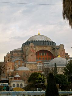 Hagia Sophia:it was built in as a Greek Orthodox Cathedral in Constantinopole (now Istanbul) by emperor Justinian.It was designed by the Greek geometers Isidore of Miletus and Anthemius of Tralles.It is considered the epitome of Byzantine architecture. Turkish Architecture, Byzantine Architecture, Historical Architecture, Ancient Architecture, Art And Architecture, Hagia Sophia Istanbul, Watercolor Architecture, Byzantine Art, Cathedral Church