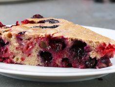 Ce gâteau qui se mange froid est un véritable délice d'été! C'est également très facile à faire et vous pouvez mettre les petits fruits de votre choix! Raspberry Recipes, Blueberry Recipes, Dessert Aux Fruits, 6 Cake, Banana Bread, Biscuits, Buffet, Sweet Treats, Bakery