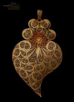 Filigree Heart from Viana do Castelo Jewelry Ourivesaria freitas. India Jewelry, Ethnic Jewelry, Boho Jewelry, Silver Jewelry, Jewelry Design, Jewellery, Pendant Set, Gold Pendant, Pendant Jewelry