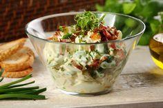 Przepis na Sałatka jajeczna z ziemniakami, bobem i chrupiącym boczkiem