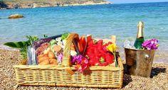 Misschien wilt u een romantisch huwelijksaanzoek doen op een van de prachtige verborgen plekjes op het eiland! Een heerlijke picknickmand, romantisch tapas of andere creatieve ideeën? Wij zorgen ervoor dat alles gereed staat.