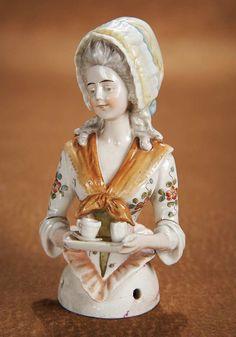 Многим известно такое чудесное явление, как куклы-половинки! Эти куклы приравнивались к будуарным куклам, их очень любили рукодельницы. Кроме декоративной функции куклы-половинки порой служили частью чайника или кофейника, игольными подушечками, пудреницами, маленькими метёлками, бонбоньерками и многим другим. Куклы-половинки никогда не являлись игровыми куклами, игрушками.