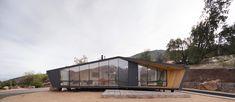 Schwarz gefaltet in karger Landschaft - Wochenendhaus in den Anden Chiles