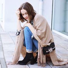Stiefeletten und ein Poncho sind die Styles, die jede Fashionista jetzt braucht. Lasst euch von Daria @dariasmimi inspirieren! Ihr Outfit gibt's bei jetzt bei uns. #bloggerschoice #ootd #mycollosem