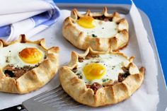 Bacon and egg tarts. These tasty tarts make a hearty breakfast or brunch meal. Bacon Recipes, Brunch Recipes, Breakfast Recipes, Cooking Recipes, Yummy Recipes, Easy Cooking, Gourmet Recipes, Love Food, A Food