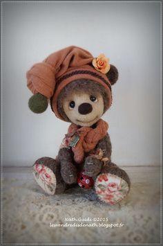 Peter, petit ours de collection en laine feutrée, bonnet orangé pastel : par les-vendredis-de-nath