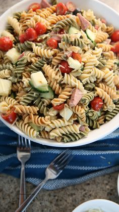 This is the best pasta salad recipe and takes about 15 minutes to toss together. Made with Italian dressing, it is the perfect side dish recipe for your barbecue or family get togethers. Best Pasta Salad, Easy Pasta Salad Recipe, Pasta Recipes, Chicken Recipes, Cooking Recipes, Healthy Recipes, Side Dishes For Bbq, Side Dish Recipes, Pasta Salat