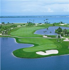 This 18-hole, par 72 championship course is designed by Tom Weiskopf and operated by Troon Golf. Weiskopf's PGA course features meticulous seaside green and tee settings, alternating fairways and breathtaking signature holes stretched over 7,100 yards. http://www.atlantis.com/thingstodo/activities.aspx