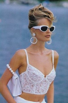 Claudia Schiffer in and now this linger craze is back! Fashion recycling t… Claudia Schiffer in and now this linger craze is back! Stylish outfit ideas for women who love fashion! 1990 Style, Style Année 90, Mode Style, Glam Style, 2000s Style, Classy Style, Look Fashion, Runway Fashion, Fashion Glamour