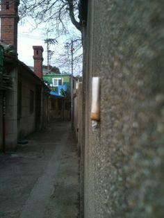 붉은여왕 @byontae / 골목길 벽걸이형 담배. / #골목 #길 / 2013 02 18 /