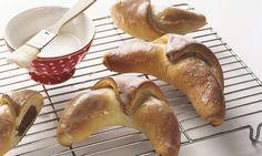 Nussgipfel: Hefeteig: Mehl, Salz und Zucker mischen, eine Mulde formen. Hefe in wenig Milch auflösen, mit restlicher Milch, Butter und Ei in die Mulde giessen ...
