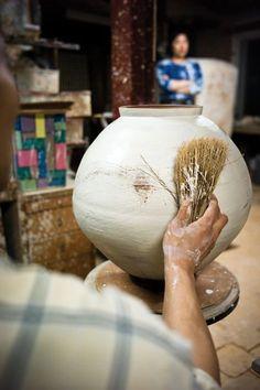 A Beautiful Life – Short Film on South Korean Ceramic Artist Lee Kang-Hyo Ceramic Tools, Ceramic Decor, Ceramic Clay, Ceramic Artists, Ceramic Pottery, Pottery Art, Ceramic Vase, Ceramic Techniques, Pottery Techniques
