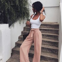 This is 100% my style! love these style pants. My legs are super short so dont think I suit them but maybe I do! This model doesn't look too tall | Stylish outfits for trendy women | Styling tips for fashionable women.