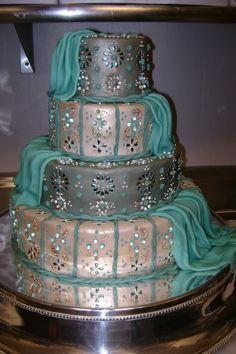 Bolo de casamento com detalhes em verde.