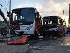 Acidentes envolvendo micro-ônibus interditam avenidas importantes de SP | Acidentes interditaram Radial Leste e Avenida 9 de Julho. Mais de 40 pessoas ficaram feridas nos dois acidentes. http://mmanchete.blogspot.com.br/2013/04/acidentes-envolvendo-micro-onibus.html#.UYBb57U3uHg