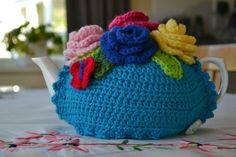 Crochet tea cosy free pattern tea cozy with lots of crochet roses! Crochet Tea Cosy Free Pattern, Tea Cosy Pattern, Crochet Cozy, Free Crochet, Crochet Gifts, Crochet House, Learn Crochet, Crochet Granny, Hand Crochet