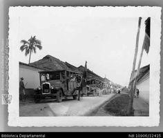 Biblioteca Departamental Jorge Garces Borrero y PATRICIA ROLDAN. Desfile de buses por el barrio San Nicolás. Cali 1920. OTRO: Biblioteca Departamental Jorge Garces Borrero 9X12.
