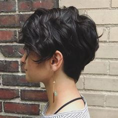 """How to style the Pixie cut? Despite what we think of short cuts , it is possible to play with his hair and to style his Pixie cut as he pleases. For a hairstyle with a """"so chic"""" and pointed… Continue Reading → Curly Pixie Haircuts, Long Pixie Hairstyles, Short Curly Hair, Short Hair Cuts, Straight Hairstyles, Curly Hair Styles, Tomboy Hairstyles, Short Curls, Bob Haircuts"""