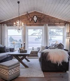 a cozy cabin style living room with a wooden wall and several windows that bring views in Living Room Decor Cozy, Rooms Home Decor, Small Living Rooms, Living Room Lighting, My Living Room, Living Room Designs, Mountain House Decor, Cozy Cabin, Windows