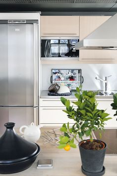 Keittiön tilankäyttö on tehokasta. Vesipiste, mikro ja jääkaappi ovat…