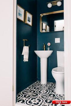 Small WC / powder room painted in dark blue with gold hardware Kleine Toilette / Gästetoilette in Du Powder Room Paint, Bathroom Makeover, House Interior, Small Bathroom, Bathroom Inspiration Decor, Bathroom Renovations, Blue Powder Rooms, Bathroom Decor, Bathroom Renovation
