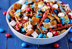 Red White & Blue Chex Mix -- traditional Chex mix goes a little sweeter and more colorful with this fun patriotic version! via Ebright (Gimme Some Oven) (Chex Mix) Chex Mix Recipes, Cereal Recipes, Blue Food, Thinking Day, Labor, Holiday Treats, Holiday Foods, Holiday Recipes, Holiday Desserts