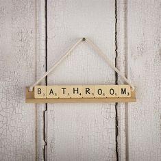 Great idea ! ;-) DIY sing for the bathroom --  Haz carteles con letras de scrabble #diy #scrabble