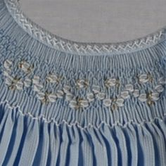 detalle de imagen Smocking Plates, Smocking Patterns, Sewing Patterns, Feather Stitch, Types Of Embroidery, Heirloom Sewing, Smock Dress, Sewing Hacks, Vintage Sewing