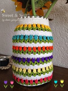 Esta modalidad de reciclaje es la que más me encanta, porque aparte de ayudar al medio ambiente, y disminuir el consumismo masivo, es una s... Crochet Lamp, Crochet Cup Cozy, Cute Crochet, Crochet Crafts, Crochet Doilies, Crochet Projects, Crochet Designs, Crochet Patterns, Crochet Jar Covers