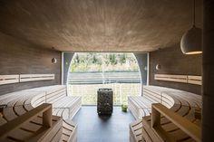 Apple Sauna, (Saltusio, Alto Adige). La spa si divide tra zona relax con spogliatoi e docce al livello basso e sauna al piano superiore. L'interno è uno spazio semicircolare molto intimo che sembra scolpito nella pietra. apfelhotel.com