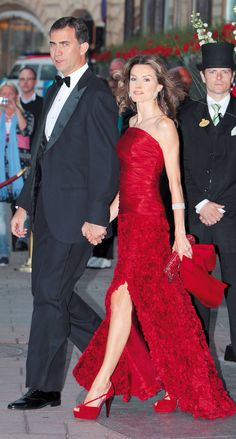 18 June 2010 - Crown Prince Felipe and Princess Letizia attend the pre-wedding dinner of Princess Victoria of Sweden's to Mr Daniel Wrestling Princess Letizia, Queen Letizia, Queen Fashion, Royal Fashion, Lovely Dresses, Beautiful Gowns, Estilo Real, Laetitia, Mode Style