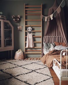 Childrens bedroom in green, dirty pink and rust tones in the cosy Scandinavian-boho family home of Elin Wallin - Decoration For Home Baby Room Boy, Child Room, Scandinavian Kids Rooms, Scandinavian Style, Scandinavian Interior, Childrens Room Decor, Bedroom Vintage, Modern Bedroom, Stylish Bedroom