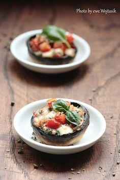 Stuffed Portabella Mushrooms with Mozzarella, Tomatoes and Basil {Via Lubie to Gotowanie}