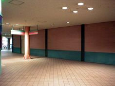 し、しかし閉ざされたシャッターの連続。これは夜だからではない。  2004年9月11日撮影    Continuous shutter and then, but was closed. This is not late at night.  September 11, 2004 shooting.