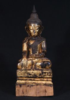 Antique Shan Buddha Material: Wood 52,5 cm high 22 cm wide Gilded with 24 krt. gold Shan (Tai Yai) style Bhumisparsha Mudra 18th century Originating from Burma