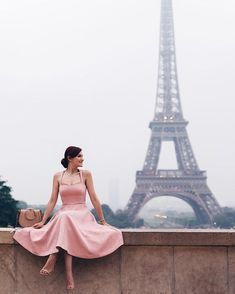 This will be me next spring or maybe this fall with any luck 💕 Vintage Girls, Vintage Outfits, Paris France Fashion, Dress Sites, Cozy Fashion, Fashion Ideas, Draw On Photos, Paris Love, Tour Eiffel
