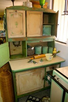 Vintage Green Hoosier Cabinet - wish I had room for this! Old Kitchen, Country Kitchen, Vintage Kitchen, Kitchen Decor, Kitchen Interior, Kitchen Cupboard, Green Kitchen, Kitchen Stuff, Vintage Green