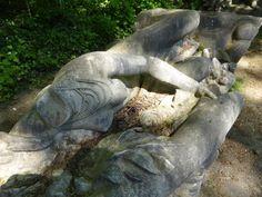 Elément provenant du monument à la gloire de l'expansion coloniale française de Jean-Baptiste Belloc, entreposées à même le sol, près de l'entrée du #Jardin d'Agronomie Tropicale, #Paris #12ème arr.