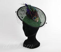 Tocado modelo plato plumas  se hace de encargo  en diferentes colores Pvp, Captain Hat, Hats, Fashion, Templates, Feathers, Fascinators, Colors, Moda