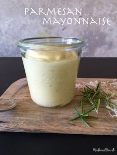 50 g parmesan 2 æggeblommer 1 spsk citronsaft lidt finthakket rosmarin valgfrit: 2 ansjosfileter* 2-2,5 dl olivenolie