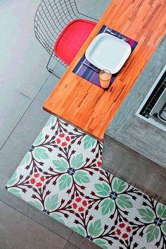 Llegamos a la inspiración deco del jueves hablando de nuevo de azulejos (como hicimos aquí) -aunque esta vez nos centramos en los suelos y no sólo en el revestimiento para la cocina-, a través de las baldosas hidráulicas, tan señoriales y evocadoras de tiempos pasados, una prueba más de que lo antiguo, lo vintage, vuelve con más […]