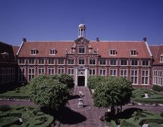 The Frans Hals Museum is located in the center of Haarlem, a cozy city with 150 000 inhabitants, capital of Noord Holland and only a 15 minute train ride from Amsterdam.