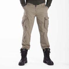 #Pantaloni #EsercitoSportsWear #Accademia militare #Esercito - Pantalone in morbido cotone, dalla vestibilità comoda. Caratterizzato da tagli all'altezza coscia e da pratici tasconi laterali. Personalizzazione dedicata dedicata all'Accademia Militare. Ricamo logo marchio su pattina tasca.